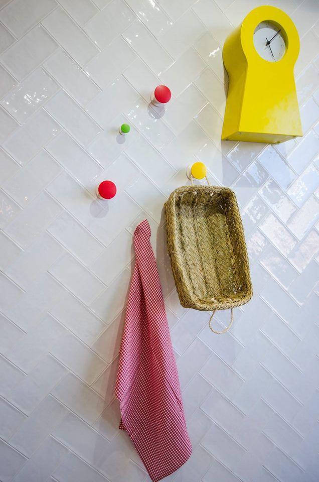 Kakel Etnia Blanco är en vit, blank kakel i rustik stil från spanska Vives. Kan användas till väggar inomhus. Rustik blank kakel som finns i flera storlekar
