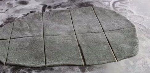 cắt nhỏ vỏ bánh mochi thành hình vuông