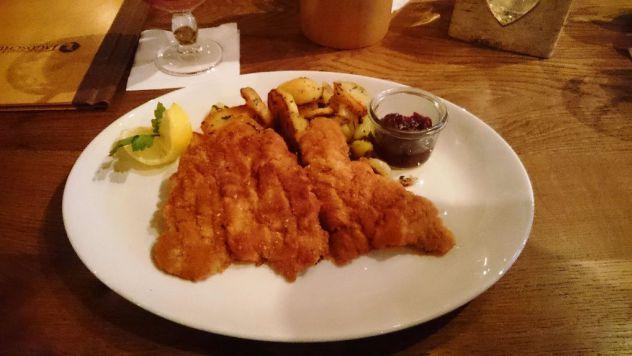 Wiener Schnitzel aus Kalbsfleisch im Harlachinger Jagdschlössl in München. Super Adresse für bayerisches Essen. #München #Restaurant #Bayerisch #Wienerschnitzel