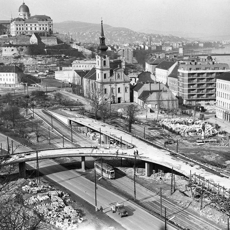 Az új Erzsébet híd építése 1964 márciusában -  háttérben a Döbrentei tér (Fotó: Magyar Műszaki és Közlekedési Múzeum Archívum, negatívszám: 2573)