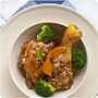 Merece la pena reservar un sábado por la mañana para cocinar con calma este pollo de corral guisado con tomate, pimiento, hierbas, oporto y... fuego lento.