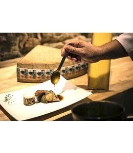 Suprêmes de volaille de bresse en viennoise de Comté et noisettes, marmelade d'aubergine au Comté, jus au Château-Chalon et mousse de pain grillé