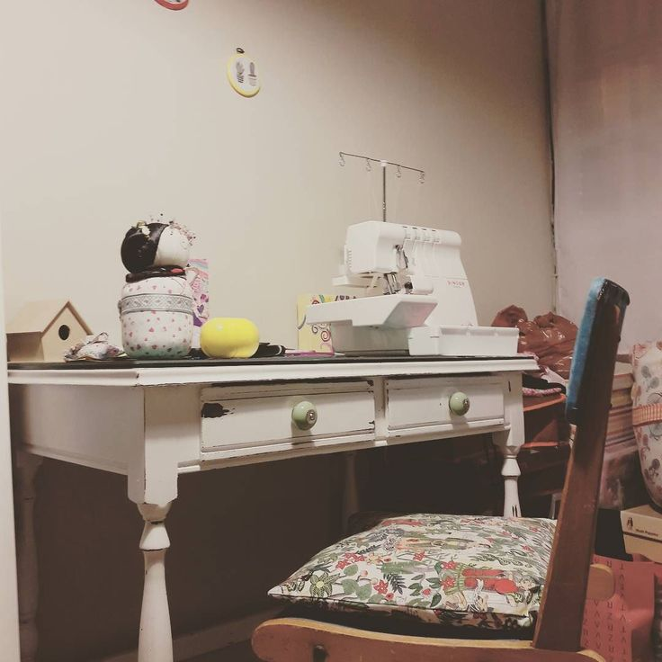 Terminando el día feliz!!! Pascuas en familia almuerzo de mi abuela y me esperaba la silla que me guardo de mi bisabuela asi que aca en el taller ya tiene su lugar  junto a  el mueble que el #findexxl  restauramos con #marido y consejos de @vir.escribano y su libro bello!!! Gracias!!! #pascuas #familia  #amamoscoser