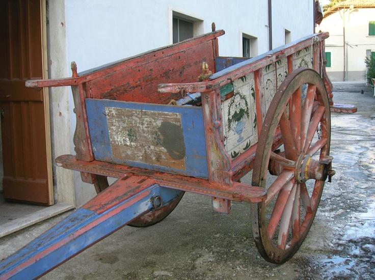 Le decorazioni di un carro per buoi abruzzese, proveniente da Alanno (PE) e datato al 1950.