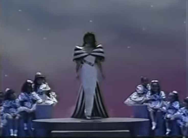 Miss Venezuela Andreina Goetz, en su Desfile en Traje de Gala, Creado para la Noche Final del Miss Universe 1990, por Diseñador Guy Melie..