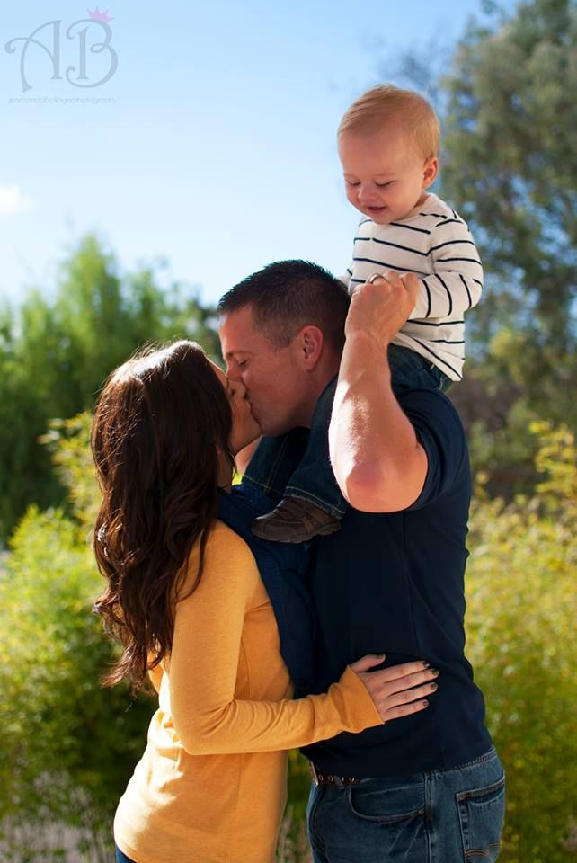 Wardrobe choices for fall family photos. Photos with children. Family of 3 poses.