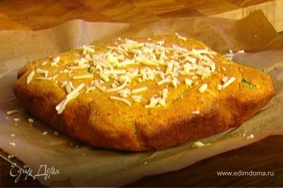 Вынуть хлеб из формы и прямо в бумаге переложить на решетку. Присыпать оставшимся сыром.