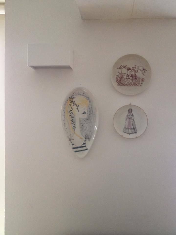 Piatti e piattini per decorare le pareti bianche: mica per forza quelli della nonna?