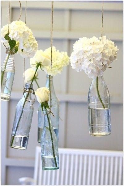 Zwevende vaas: Hang je vaas eens voor de verandering op en vul hem met verschillende gekleurde bloemen of zoals hier met witte hortensia. Leuk voor boven de eettafel.