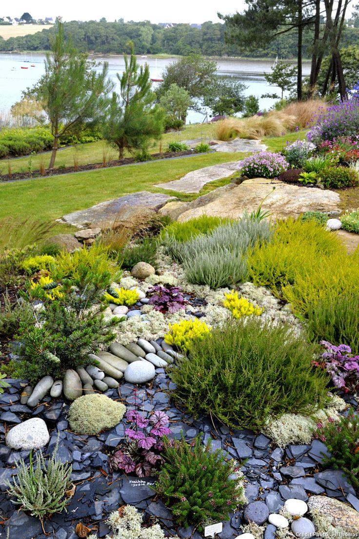 rocaille sur une terrasse caillouteuse avec plus de sable que de terre. Bruyères en rappel des landes voisines, des thyms et d'autres petits couvre-sols.