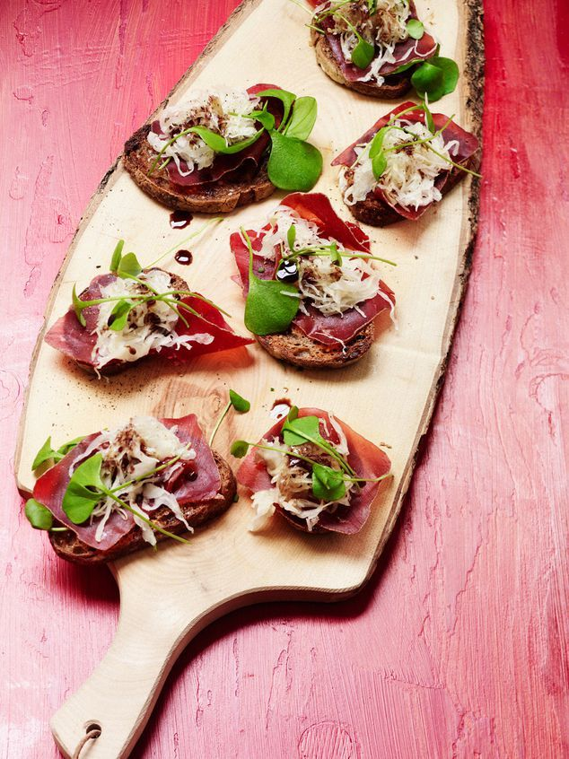 crostini met zuurkool en bresaola | ZTRDG magazine