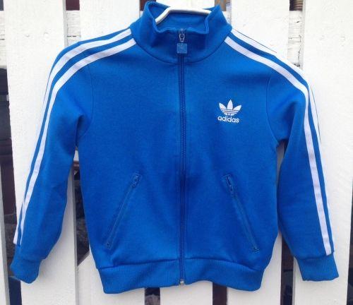 Klassikeren Adidas trøje i blå med hvide striber str. 8 år.