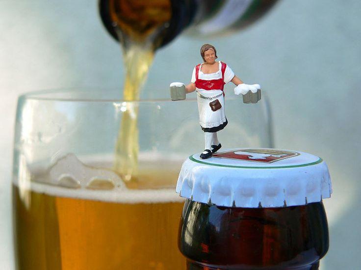 Kunst-Fotos von Mini-Figuren aus dem Modellbau. Kleine Leute, wie z. B. die Kellnerin mit Bierkrügen, findest Du im Programm von NOCH kreativ und kannst sie direkt in unserem Online-Shop auf www.noch-kreativ.de kaufen.