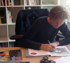 Nick Hullegie signeert het Collector's item uit Kunstbeeld#4-2011, 12 mei 2011