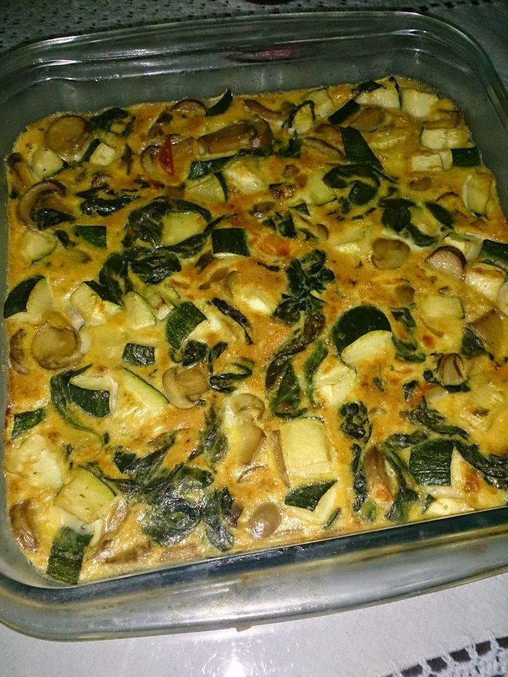 Las recetas sanas de Carmen Blasco para perder peso: Tortilla de verduras al horno INGREDIENTES (para cuatro) - Medio calabacín - Una bolsa de espinacas frescas (Yo no la puse entera, porque el día de antes usé un puñado para ensalada) - Una lata de champiñones - Dos tomates pequeños - Un ajillo laminado - 6 Huevos