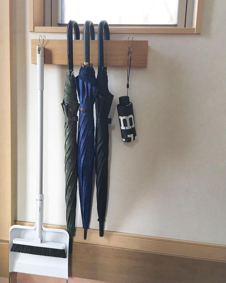 """148 Likes, 3 Comments - ぽー✈︎✈︎✈︎ (@po_mme._.e) on Instagram: """". . 【傘立て 解決】 . 欠けたままの傘立てを 放ったらかしで。 . 今日の回収で捨てよう! と傘を出して☔︎ . #壁に付けられる家具 を リビング→傘立てに変更。 #横ブレしにくいフック…"""""""
