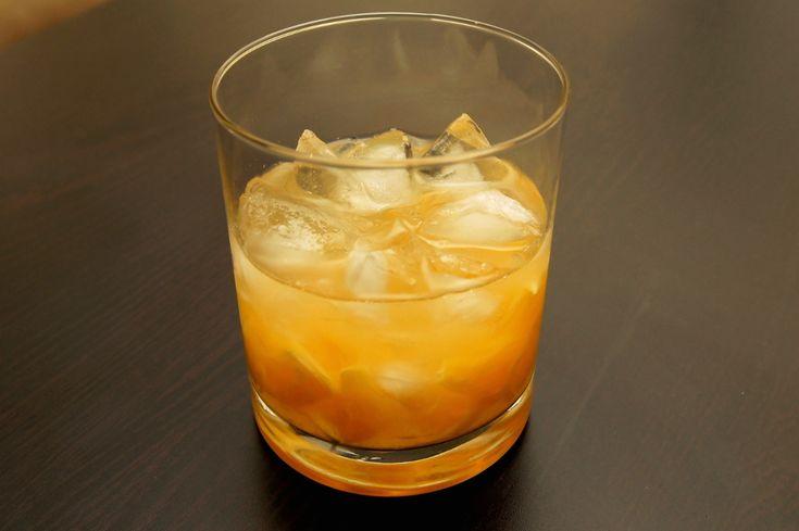Malibu Orange to, kolejny po Malibu Kiwi, drink, w którym na smak i kolor ma wpływ owoc. Jak łatwo się domyśleć, tym razem jednym ze składników jest świeża pomarańcza, dlatego powinien on posmakować wszystkim, którzy lubią ten owoc. Podany w niskiej szklance z dużą ilością kruszonego lodu będzie się kojarzył z letnim wypoczynkiem nad egzotycznym morzem.