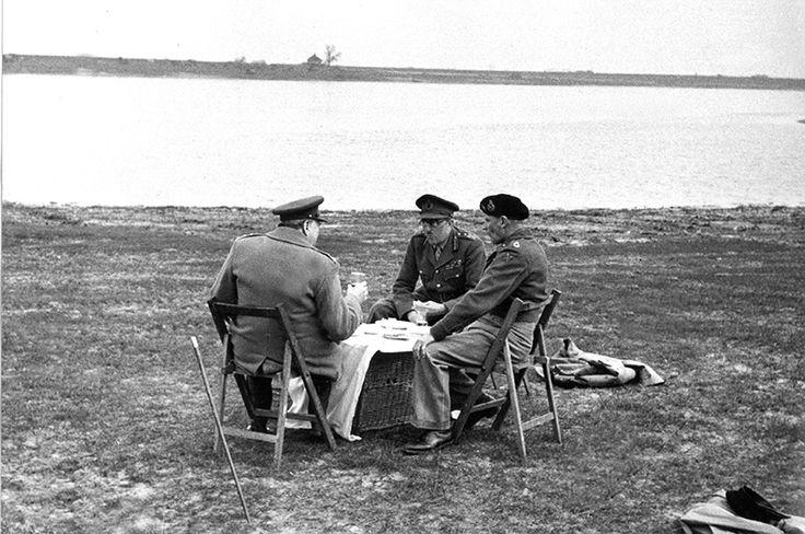左が当時首相だったチャーチル、右が映画「パットン」などでおなじみの米陸軍元帥バーナード・モントゴメリー。1945年3月という終戦間近の時期に、オランダのライン川でピクニックをしている様子を写したもの。