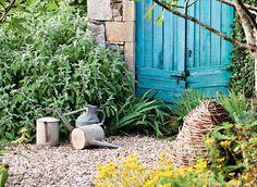 Profiter de son jardin sans y consacrer trop de temps ou d'énergie, c'est possible ! Essayez les méthodes et les plantes qui feront le travail pour vous. 4 techniques naturelles pour en faire le moins possible.