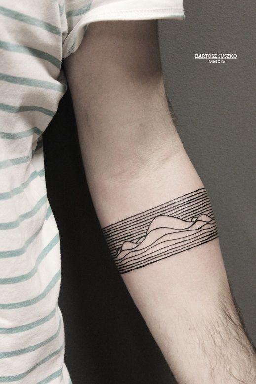 Tatouage tour d'avant-bras, lignes et vagues, noir.