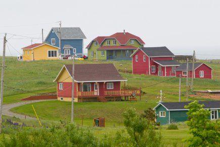 L'architecture typique de ces si jolies maisons des Îles-de-la-Madeleine n'est pas une simple affaire de coquetterie, mais aussi de climat et de culture. Portrait - en six mots - de maisons qui en disent long sur le mode de vie d'une communauté entière.