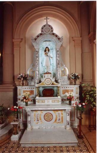 Laura murió el 22 de enero de 1904. Aún después de muerta, Laura siguió moviéndose. Su cuerpo fue enterrado originalmente en un cementerio local de J. de los Andes, pero después inició un largo camino hasta que sus huesos fueron depositados en Bahía Blanca, en el convento de las Hijas de María Auxiliadora, donde ahora reposan en un altar dedicado a ella (foto de Pregunta Santoral)