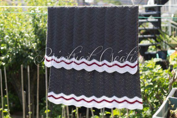 """Couverture de style """"chaussette"""" de couleur gris, blanc et rouge fait au crochet. Prête à partir! #blanket #couverture #baby"""