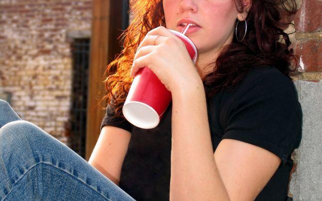 Ce riscă femeile care consumă des băuturi răcoritoare? Legătura periculoasă cu un cancer specific feminin