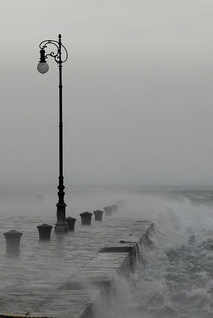 tipica giornata invernale con pioggia e bora a Trieste sul Molo Audace