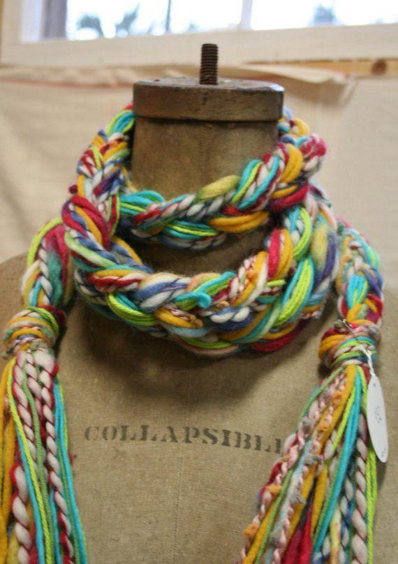 Esta bufanda exclusiva fue hecha con una mezcla de hilados de acrílico y lana. Es muy suave y fácil de usar. Puede ser wraped alrededor del cuello una