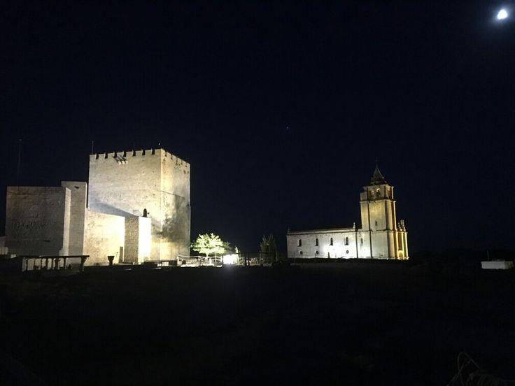 La #FortalezadelaMota enamora de día y de noche. Tenemos todo el mes de agosto para disfrutarla de noche. Te vienes? Info en 953 102 868, alcalalareal@tuhistoria.org o www.tuhistoria.org #tuhistoriaenverano #AlcalálaReal