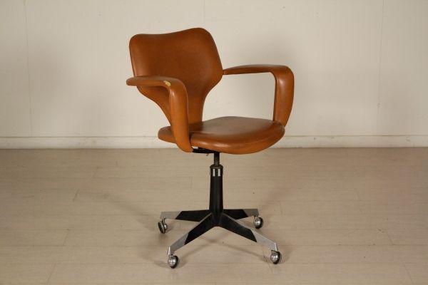 Sedia girevole con braccioli, imbottitura in espanso, rivestimento in similpelle, base in alluminio. Buone condizioni, presenta piccoli segni d'usura.