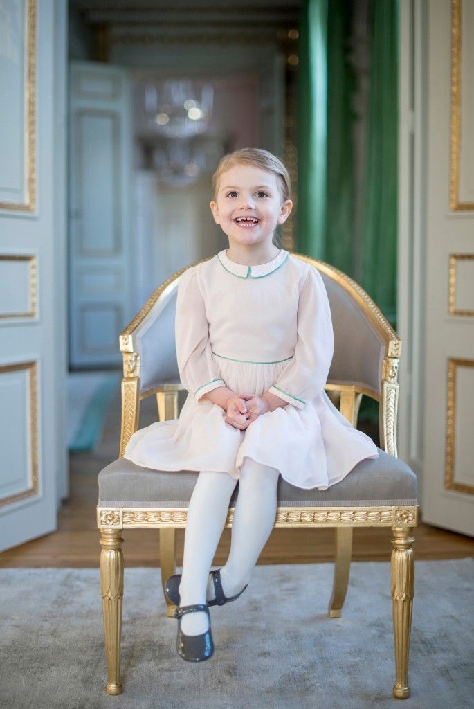Princess Estelle celebrates today her 4th birthday! On this occasion new pictures have been published by the Swedish Royal Court.