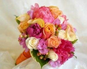 Bouquet di peonie fucsia, rose arancioni e bianche
