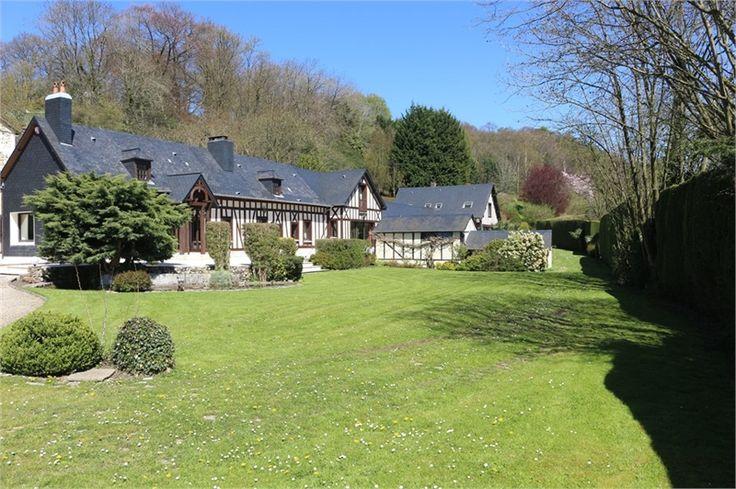 Nichée dans un parc paysagé, magnifique propriété à vendre chez Capifrance à Saint-Martin-du-Manoir.     > 490 m², 14 pièces dont 8 chambres et un terrain de 8000 m².    Plus d'infos > Nicole Mesnil, conseillère immobilière Capifrance.