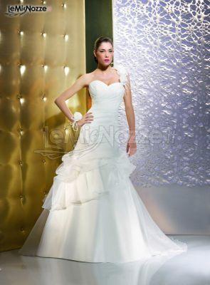 http://www.lemienozze.it/gallerie/foto-abiti-da-sposa/img35306.html Abito da sposa con scollo a cuore e monospalla