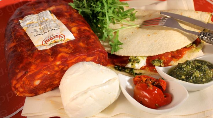 Piadina met pikante salami, buffelmozzarella, tomaat en groene pesto