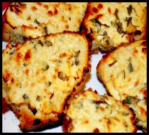 Peynirli Ekmek Tarifi  Sabah kahvaltısında iştah açacak olan Peynirli Ekmek Tarifi 'ni sizlere yazmak istedim. Tarifin ana maddesi ekmek ve peynir, peynirin çeşidi (beyaz peynir, lor, kaşar peyniri)  ve içine ekleyeceğiniz  malzemeler (salam, sucuk, sosis, domates ve biber) tamamen size kalmış. Damak zevkinize göre çeşitleri ayarlayabilirsiniz. Peynirli Ekmek Tarifi;  @yemekkulubum @yemek