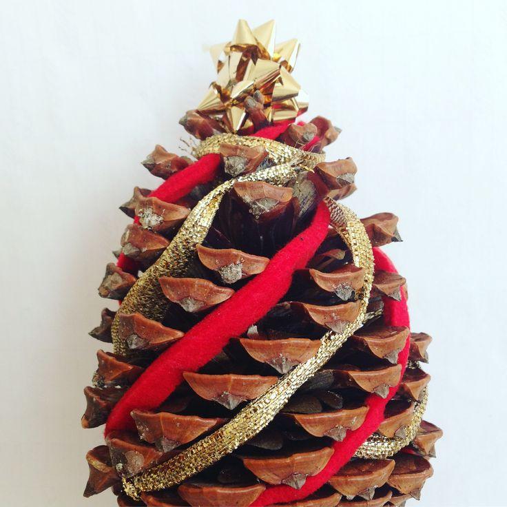 Pigna decorata come albero di Natale