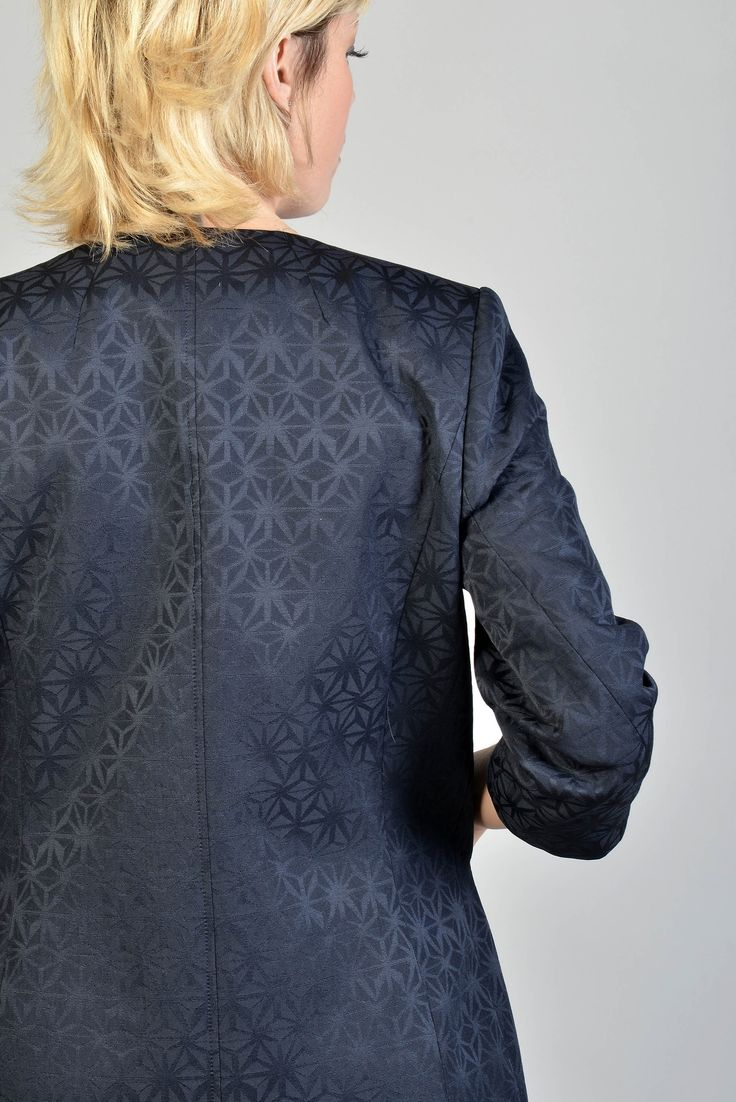 Phenix manteau m3/4  Réf :  17MA5952    Veste redingote en jacquard mat/brillant à motif géométrique chic. A associer avec la robe PHENIX coordonnée ou sur un simple pantalon ou jean slim pour une allure plus casual.    #Antonelle  #clothing  #lookoftheday  #womenswear  #veste   #blue   #chic