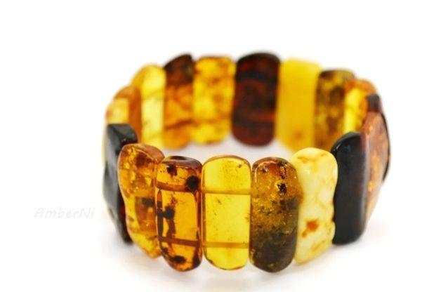 Baltischen Bernstein Schmuck Armband ist aus Harz Stücke in verschiedenen Farben. Jedes Stück Bernstein poliert und auf elastischen Gummiaufgereiht. Ein einzigartiges Geschenk und ein Kernstück der Ostsee.