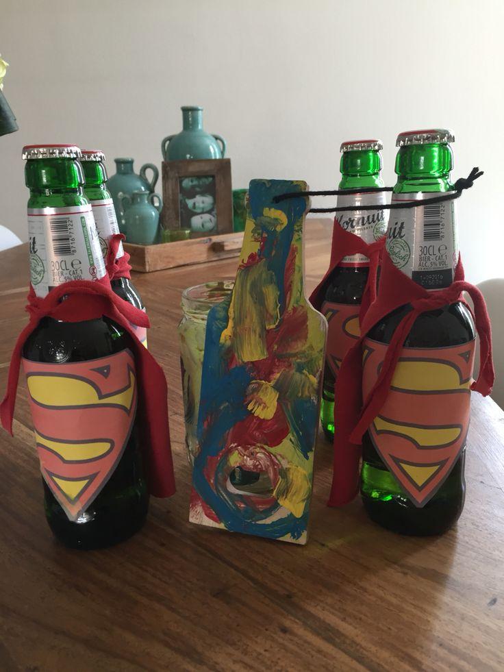 Samen knutselen. Superman flesjes bier met versierde flesopener