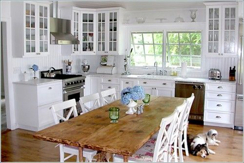 I love how everything looks so open in this kitchen.