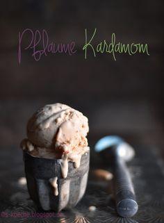 Mit cremigem Eis den Sommer verlängern - Das volle Aroma von ofengerösteten Pflaumen in Vanille-Kardamom Eiscreme.