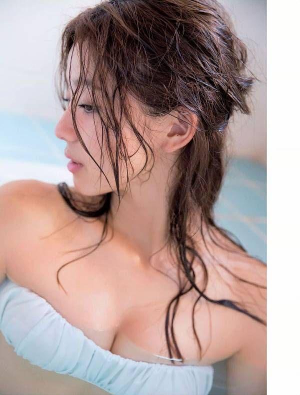 朝比奈彩さんの水着