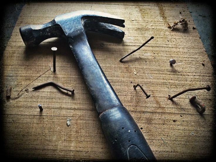 10 astuzie per riparare i mobili in legno danneggiati Sfrecciano per la casa senza tregua con macchinine, biciclette e monopattini. Sperimentano martellini e seghetti giocattolo sui mobili che Mamma & Papà hanno scelto con dovizia e sacrifici, sistemando angolo per angolo la casa nuova. Sono loro, i nostri bimbi, i più amati in assoluto, ma anche coloro che ogni giorno mettono una nuova tacca sulla mobilia di casa! Ma come aggiustiamo la madia o la base 3 ante in arte povera? Fammi…
