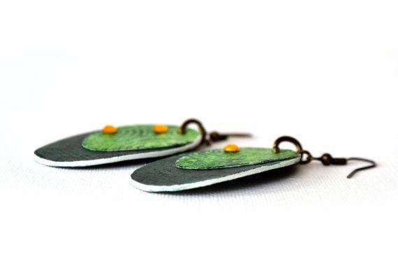 Refª BRI 16022  Die Farben und Formen diese Ohrringe sind sehr attraktiv. Die leichte Bauweise ist wunderbar für Ihre Lappen und ist ideal für Menschen, die schwere Ohrringe nicht zu schätzen wissen.  _ Aquarellpapier Ohrringe; _ Einzigartig; _ Handgefertigt; _ Gesamtlänge (ca.): 7cm; _, Leicht, langlebig und einfach zu bedienen.  Teile werden aus mehreren Schichten von Aquarellpapier (300 g/m ²), hergestellt, wodurch eine hohe Beständigkeit. Muster-Collage gemalt, mit Wasserfarben…