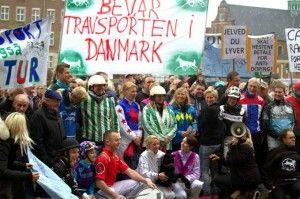 Glædelig jul og godt nytår til alle venner af trav- og galopsporten i Danmark Der bliver ikke lukket baner i 2015, og det må betragtes som en sejr, selvom sporten selv skal finansiere det. På længe...