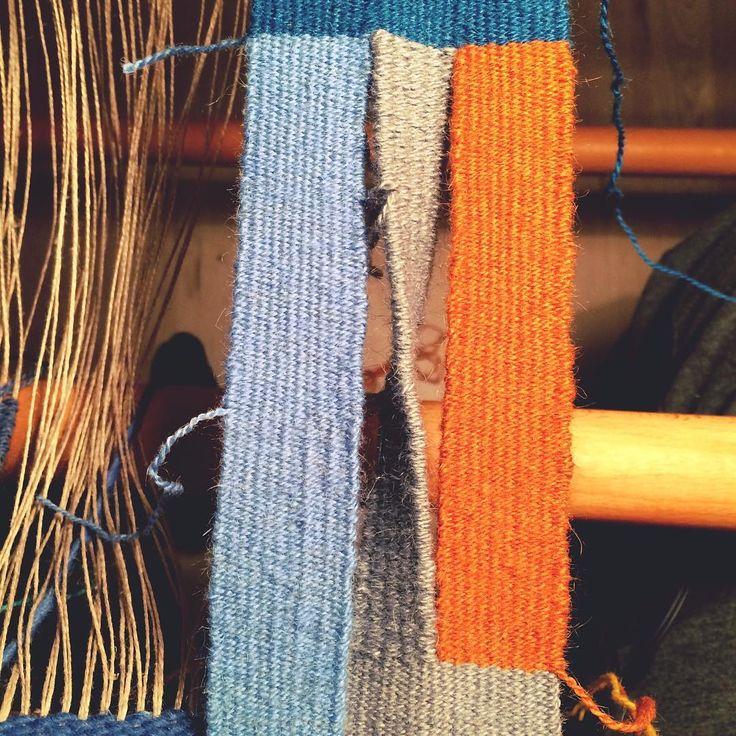 De sidste ugers tid har jeg arbejdet med billedvævning, og hvorledes der kan skabes åbne spalter på forskellig vis. Dette er endt ud i en opsætning på en rammevæv, som gør det muligt at lave snoede spalter 😍👍🏼 #virkeligfascinerende #petercollingwood #weaving #væv #väv #twisted #rammevæv