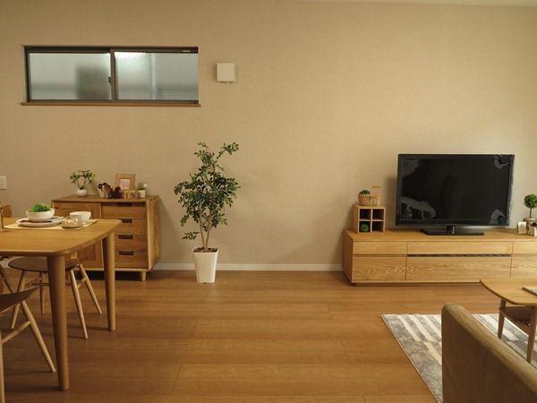 クリエラスク色の床にオーク材の家具を中心にナチュラルコーディネート